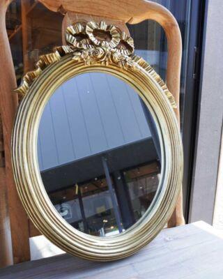ゴールドのエレガントなミラー入荷しています✨  次回🐇6/21(月)11:30~OPENです🐿 ミアカーサでお待ちしております🦔  お向かいのらふさんからもいい香りがしてきます~☺️🍀  お気にいりの雑貨で生活に彩りを♫  気になるものがございましたらお取り置きが可能です。 お気軽にInstagramDMよりご連絡ください  ------------------------------  インテリアショップMia Casa   ミアカーサ ☞@miacasa_concept OPEN日はInstagramでお知らせします  ------------------------------  #miacasa_concept #インテリアショップMiaCasa #東北 #福島 #iwaki #いわき市カフェ #いわき市 #いわき #童話の世界 #イタリア製 #文房具女子  #文具好きな人と繋がりたい  #インテリア #アンティーク家具 #アンティーク雑貨 #ベビー雑貨 #壁掛けミラー  #ビンテージ雑貨ショップ #雑貨好きと繋がりたい  #暮らしを楽しむ #おうち時間 #オーダー家具 #椅子の張り替え  #小名浜テラスハウス